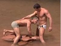 Beaux mecs se sodomisent dans le lac