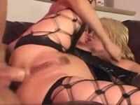 Blonde ouvre bien pour le sexe anal