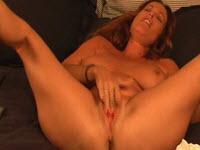 Une MILF montre des positions sexuelles