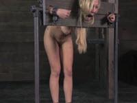 De bonnes fessées pour une blonde masochiste