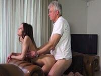 Sexe et éjaculation avec un vieux