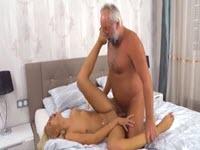 Belle blonde baise et doigte un grand père!