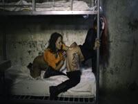 Une détenue lesbienne baise pour distraire une gardienne