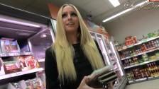 Une nymphomane en action dans une boutique