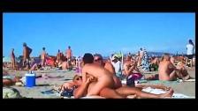 Elle baise son mec sur une plage nudiste