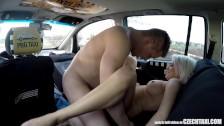 Quelques minutes de plaisir dans le taxi