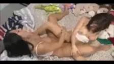 Deux lesbiennes frottent leur clitoris l'un contre l'autre