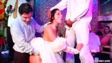 Une mariée se fait défoncer sa chatte lors de la réception
