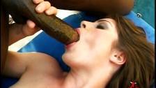 Elle suce et avale dans un gangabang