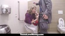 Salope fait la fellation et baise pour de l'argent