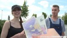 Un couple baise pour de l'argent au dehors