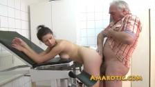 Un vieux rechauffe sa grosse bite dans la chatte de la jeune pute