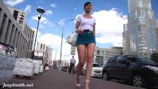 Jeny Smith en mini jupe