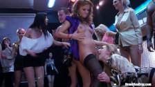Orgie entre lesbiennes dans un club
