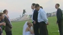 La nouvelle mariée est baisée par tous en plein air